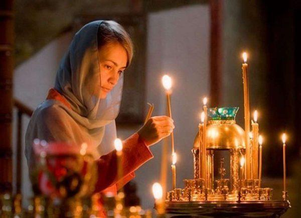 femeie-fata-biserica-lumanari