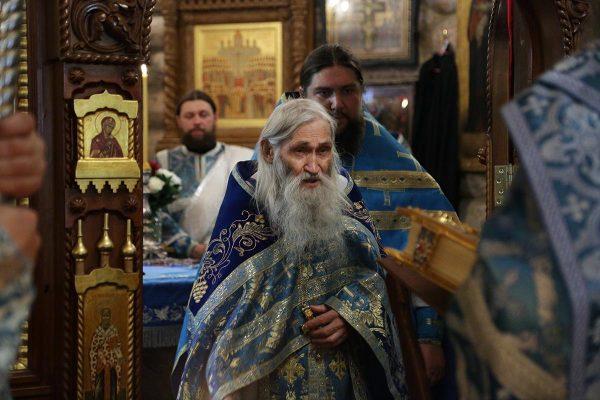 monah-calugar-preot-liturghie-biserica