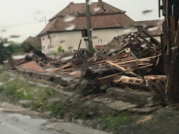 IMAGINI-APOCALIPTICE.-Tornada-care-a-lovit-Romania-2