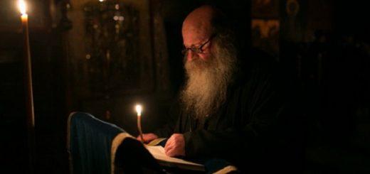 calugar-monah-lumanare-rugaciune-biserica