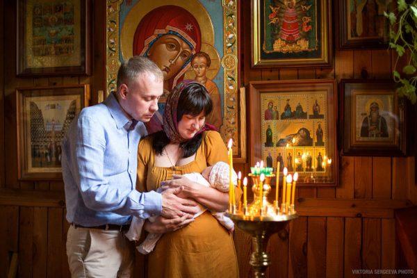 copil-biserica-femeie-barbat