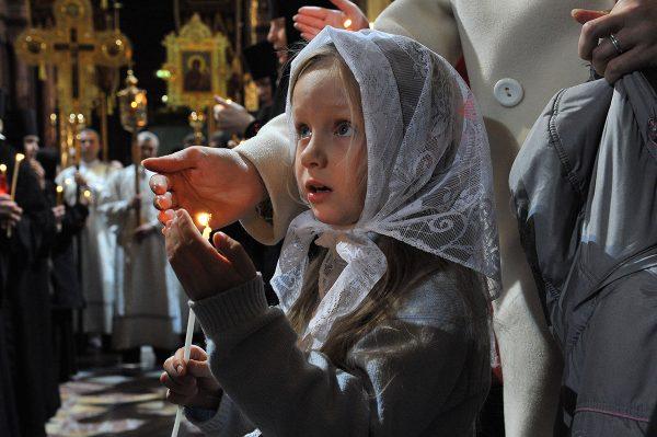 copil-lumanare-biserica