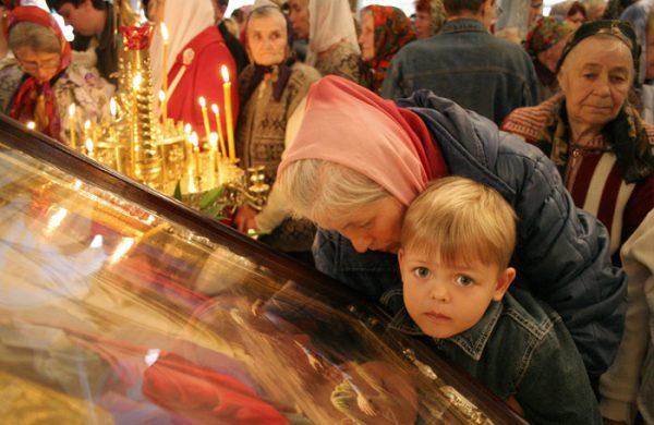 copil-rugaciune-biserica-femeie-icoana