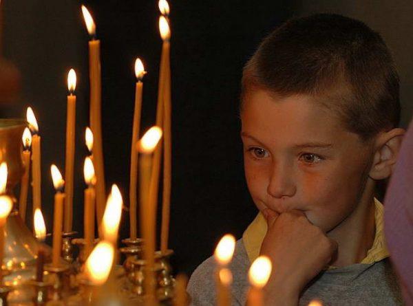 copil-rugaciune-lumanari