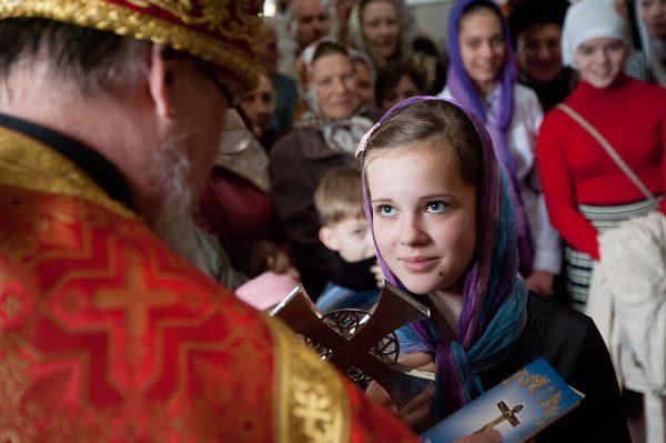 fata-preot-biserica-femei
