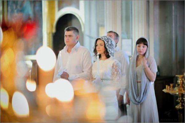 femeie-biserica