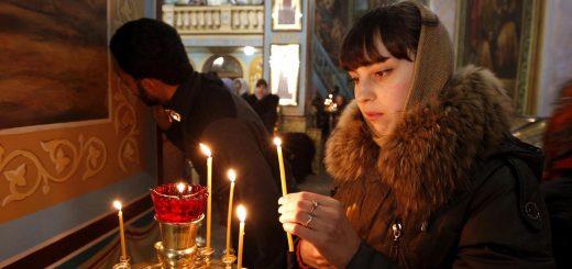 femeie-biserica-lumanare-rugaciune