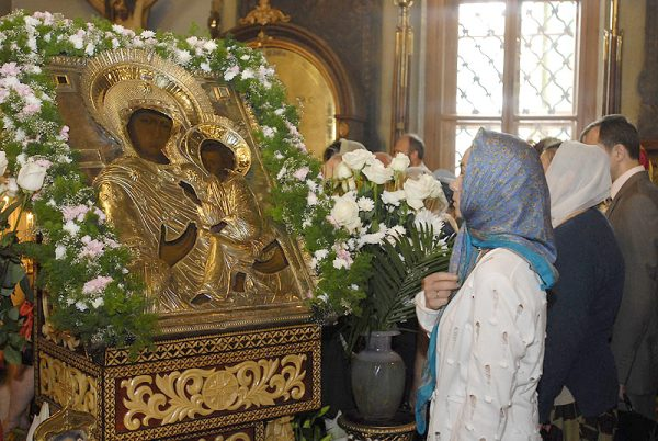 femeie-icoana-biserica