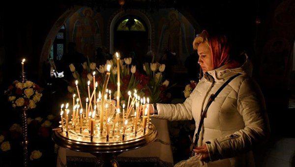 femeie-lumanari-biserica