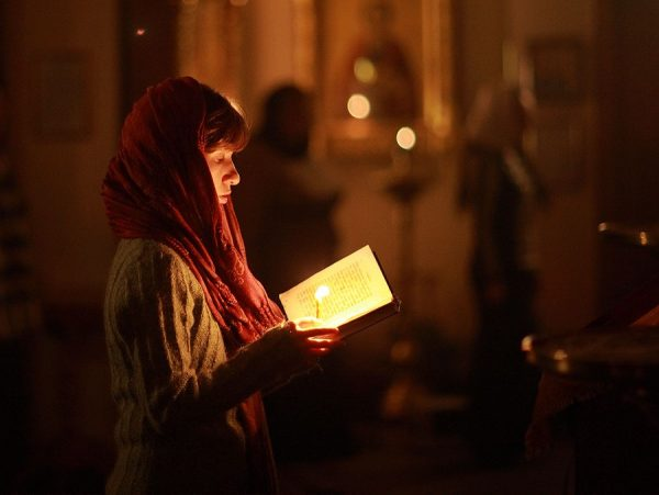femeie-rugaciune-biserica-lumanare