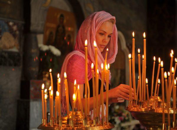 femeie-rugaciune-lumanari