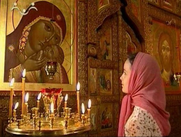 maica-domnului-rugaciune-femeie-tanara-biserica