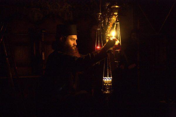 monah-rugaciune-candela-biserica