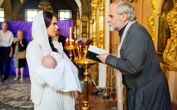 preot-femeie-copil-biserica