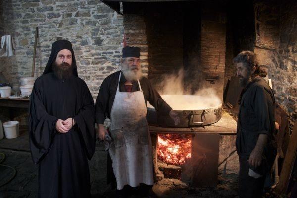 preoti-calugari-monahi-trapeza-bucatarie