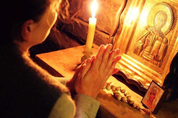 rugaciune-femeie-icoana