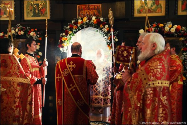 sfanta-liturghie-preoti-biserica