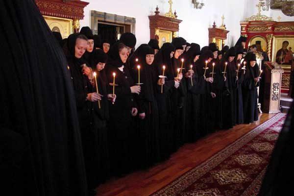 calugaite-monahii-biserica-lumanari