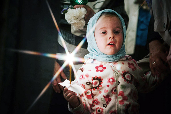 copil-rugaciune-lumanare