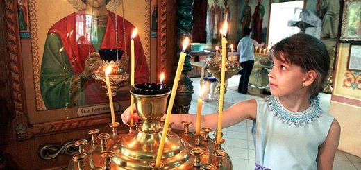 fata-fetita-biserica-lumanare-icoana-rugaciune