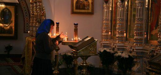 femeie-rugaciune-icoane-biserica-lumanari