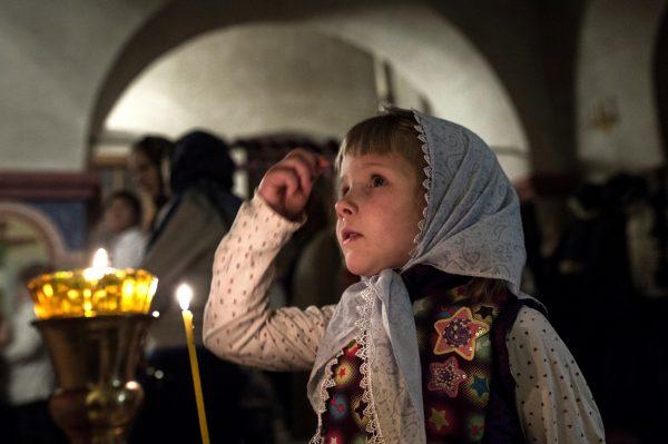 fetita-rugaciune-biserica