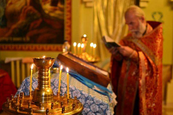 preot-biserica-lumanari