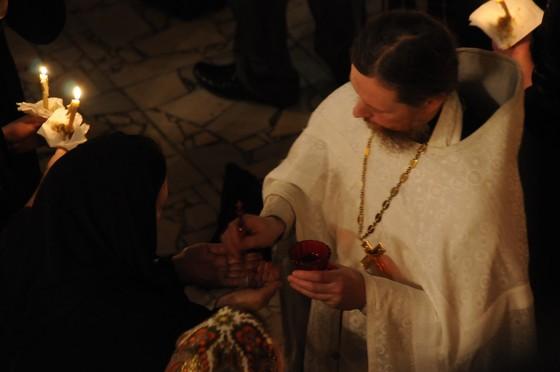 preot-femeie-biserica