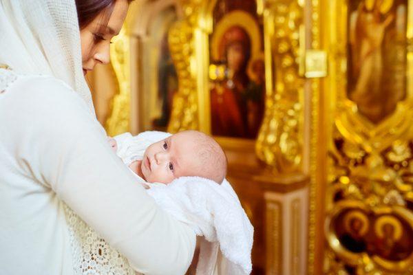 rugaciune-mama-copil-femeie-biserica
