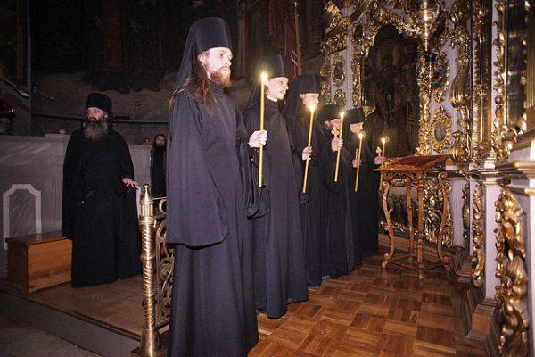calugari-lumanari-biserica
