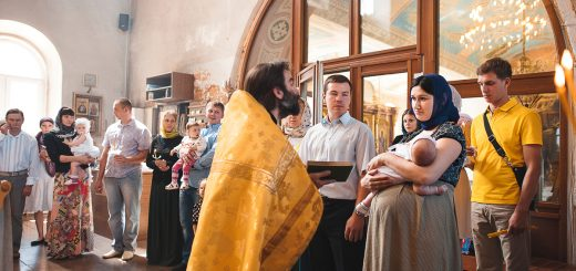 copil-barbat-femeie-preot-botez-biserica