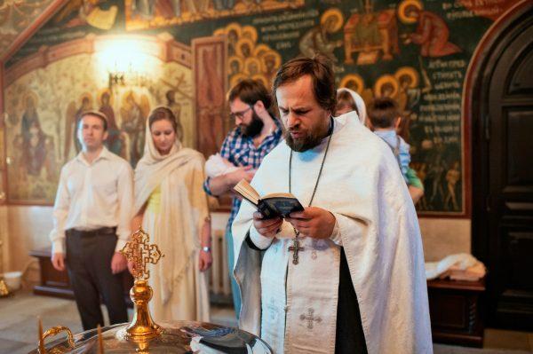 copil-biserica-botez-preot-femeie-barbat