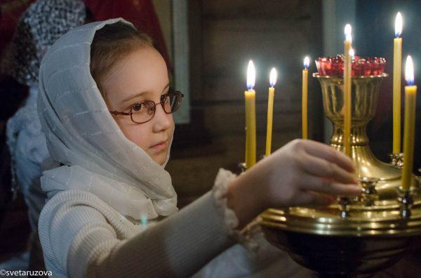 copil-biserica-lumanari