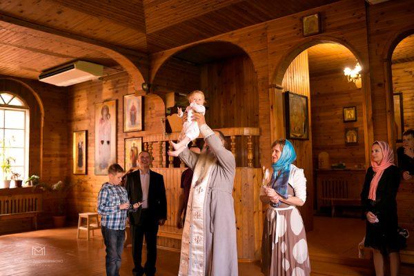 copil-botez-biserica-femeie-barbat-preot