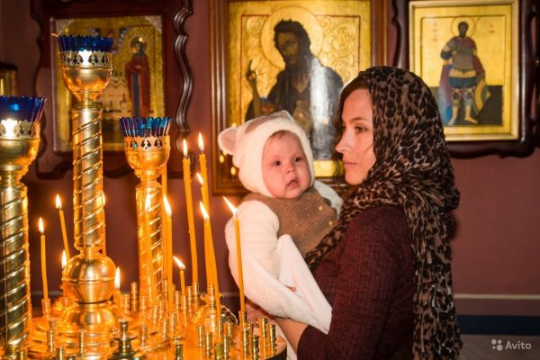 copil-femeie-biserica