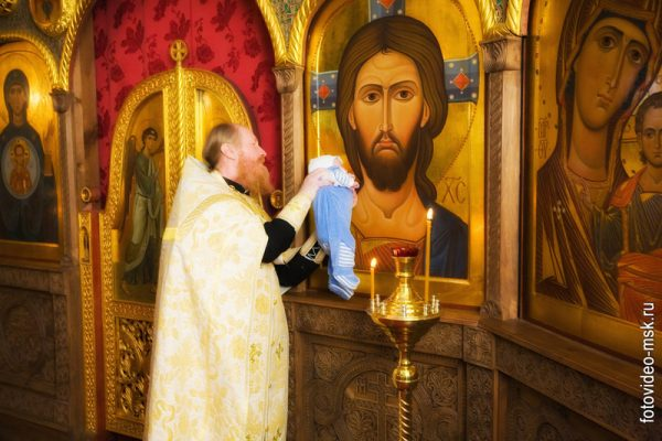 copil-preot-biserica-botez-icoana-iisus-hristos-mantuitorul