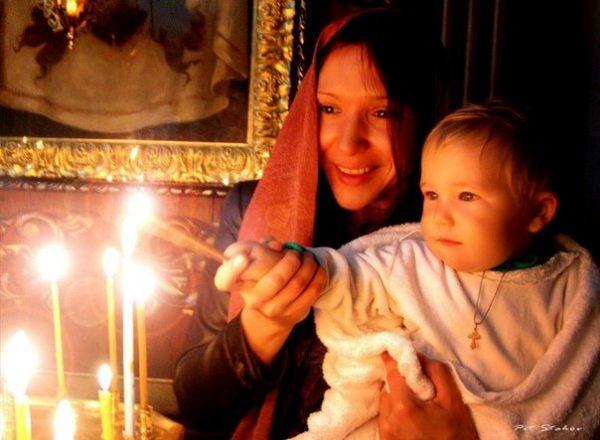 femeie-copil-biserica