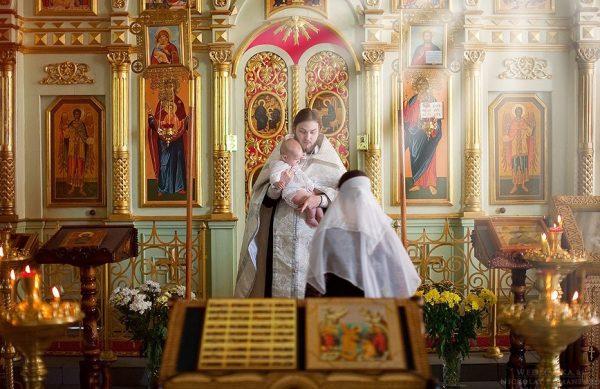 femeie-copil-biserica-preot