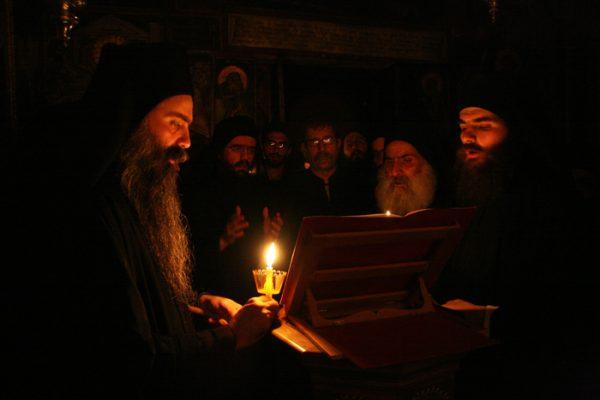 calugari-monahi-biserica-lumanari