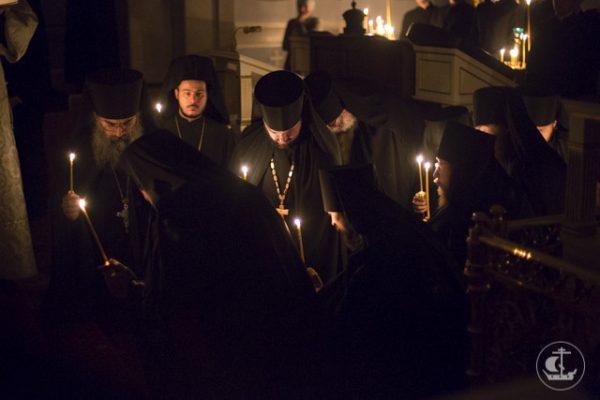 calugari-monahi-lumanari-biserica-rugaciune