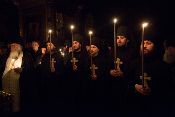 calugari-preoti-monahi-biserica-lumanari-cruce
