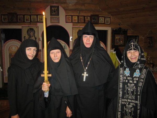 calugarite-monahii-lumanari-biserica