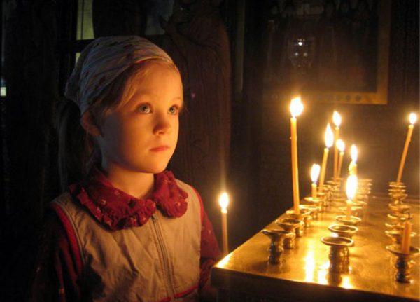 copil-fetita-biserica-fata-lumanari