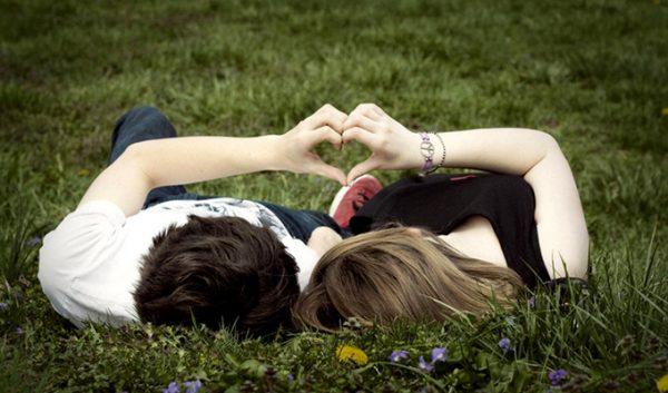 cuplu-tineri-iubiti-prieteni-baiat-fata-iubire
