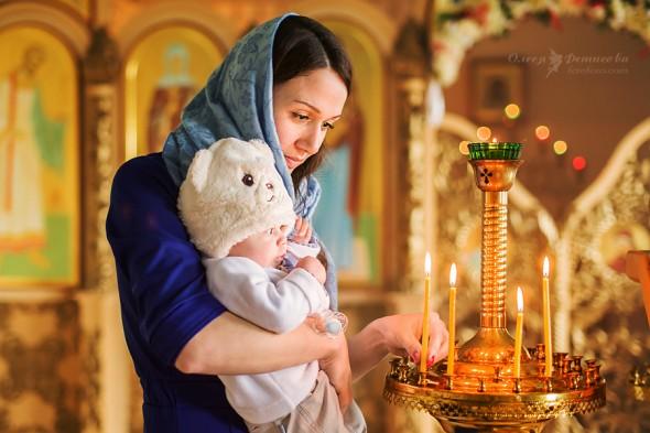 fata-copil-biserica-rugaciune-lumanari