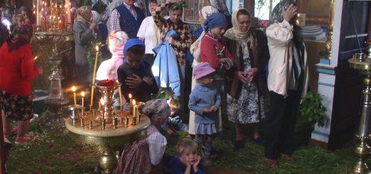femei-barbati-copii-biserica-rugaciune