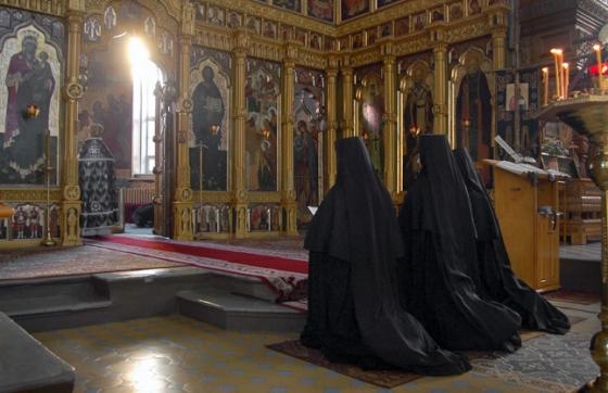 monahii-calugarite-biserica-rugaciune