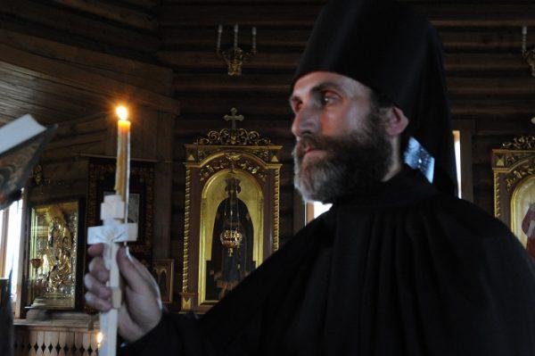 preot-calugar-monah-biserica-lumanare