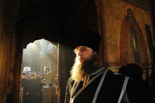 preot-calugar-monah-biserica-rugaciune