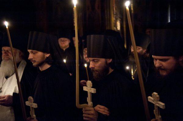 preoti-calugari-monahi-biserica-lumanari-rugaciune